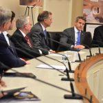伊州眾議員金辛格支持買手槍查背景 不含攻擊性武器