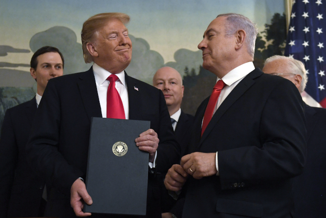 川普總統不計代價,力挺以色列總理內唐亞胡,以美關係更加緊密。圖為內唐亞胡今年3月訪美。(美聯社)