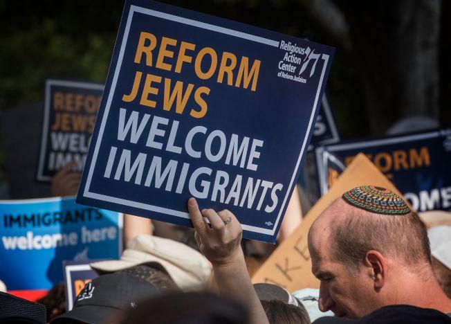 美國猶太裔社區意見也很多元分歧,不是川普總統認為的意見一致。例如在加州的自由派的猶太裔社群就攻擊川普的移民政策。(Getty Images)