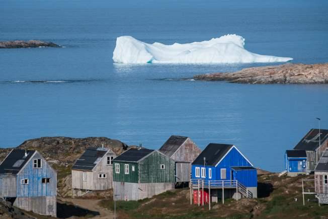 川普總統要購買丹麥的格陵蘭島一說,爭議未止。圖為與冰山共處的格陵蘭居民。(Getty Images)