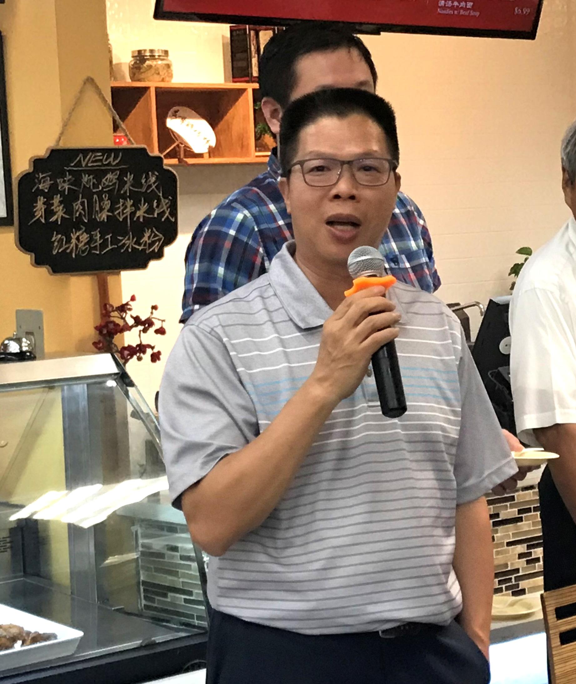 美國味全食品休士頓公司李樂罡贊助活動,贈送有機醬油。(記者盧淑君/攝影)