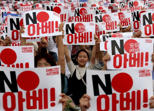 南韓21日宣布,終止與日本簽署的軍事情報保護協定。雙方關係跌入冰谷。圖為韓國人在首爾日本大使館前集會抗議。(Getty Images)