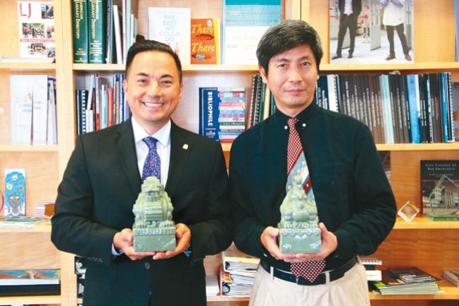 美國亞洲文化學院趙曉明(右)將一對龍鳳印璽贈送給金山圖書館。左為玄柏高。 (記者李晗 / 攝影)