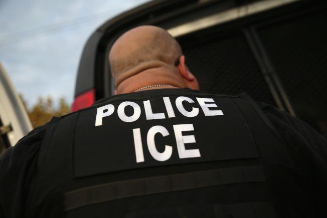 聯邦當局逮捕的非美國公民過去十年增加三倍多,占聯邦逮捕人數的64%,大多數是因為移民違規。(Getty Images)