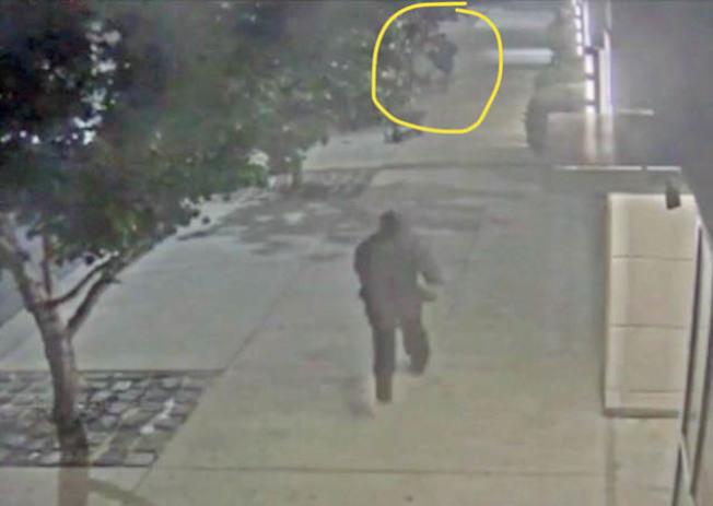 海傍「水印」公寓大樓外又發生攻擊事件,錄影帶顯示,圖中央的嫌犯快速跑到圖上方位置,攻擊南亞裔男住客。(李華強提供)
