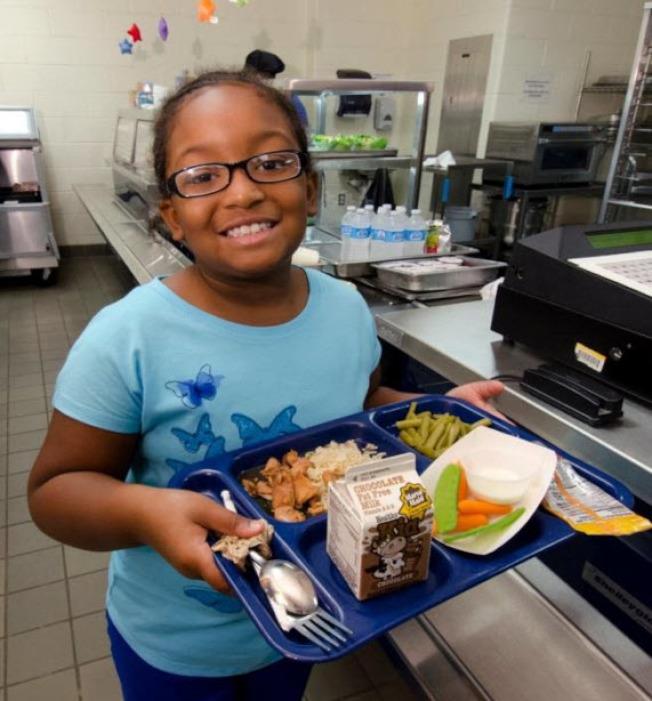 自今年學年度起,亞特蘭大公立學校今年擴大免費餐點計畫,受惠學校自去年的60所增進到今年的77所。(取自農業部網站)