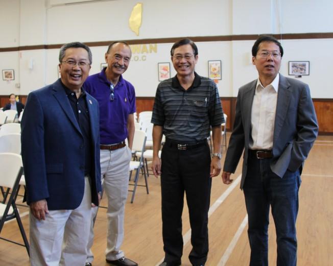 空軍節慶祝會參加人士。左一為大鵬會長喬為智,右一為僑務委員王祥瑞。(記者陳淑玲/攝影)