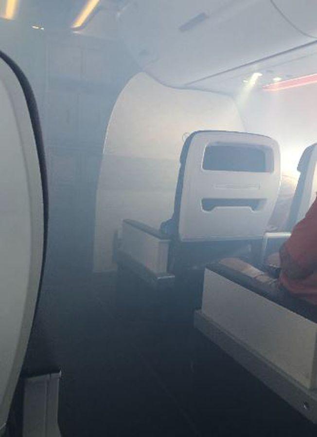 用這張 乘客拍到的照片顯示,機艙滿布濃煙。(取自推特)