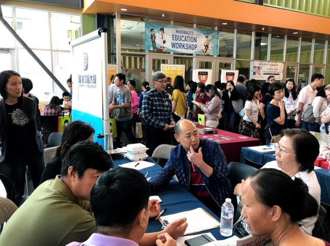 世界日報主辦的2019秋季教育博覽會,24日將在庫比蒂諾市Homestead High School登場。往年活動吸引不少民眾參加。(本報檔案照)
