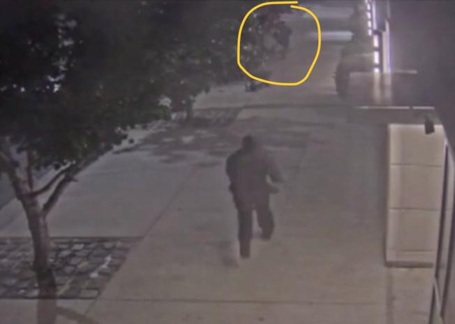 海傍「水印」公寓大樓外又發生攻擊事件,錄影帶顯示,圖中央的嫌犯快速跑到圖上方處,攻擊南亞裔男住客。(李華強提供)