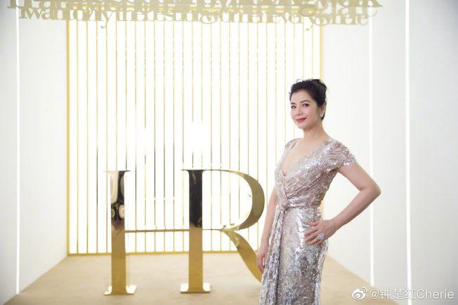 鍾楚紅日前受邀出席上海活動,保養得宜的好身材完全看不出已59歲。(取材自微博)