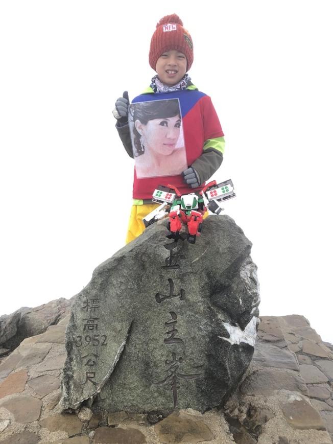 宜蘭8歲男童鄒澤綱帶著媽媽遺照攻上玉山頂,兌現對媽媽的承諾,令人動容。圖/鄒品為提供