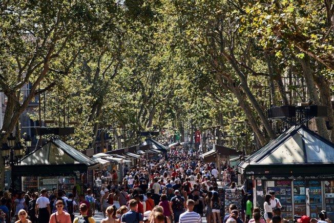 西班牙巴塞隆納舊城區蘭布拉大道是遊客聚集地,常有扒手和小混混出沒。 (歐新社)