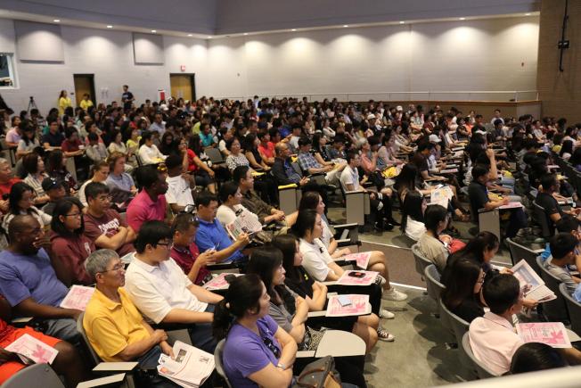 亞裔大學博覽會開幕演講坐無虛席。