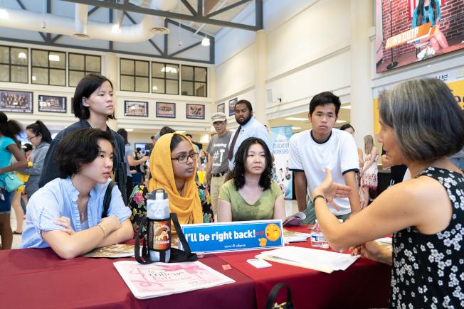 亞裔大學博覽會有各大學招生辦公室負責人現場為學子們解說。