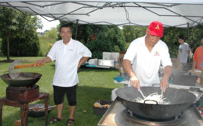 燒烤會可品嚐最出名的河粉及麵食,即炒即食。