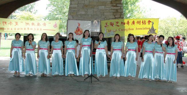粵港澳合唱團女聲小組高歌[漫步人生路]。