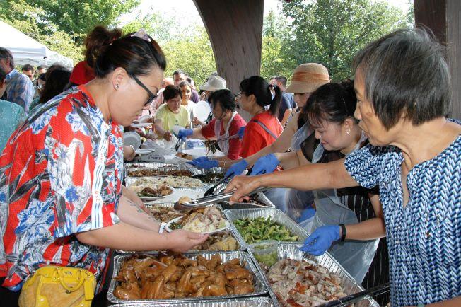 燒烤會美食如燒豬、燒鴨、西瓜、飲品等, 源源不絕。