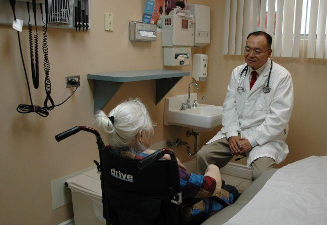 主診醫師汪浩川醫學博士(右)細心為病人診症,對症下藥。