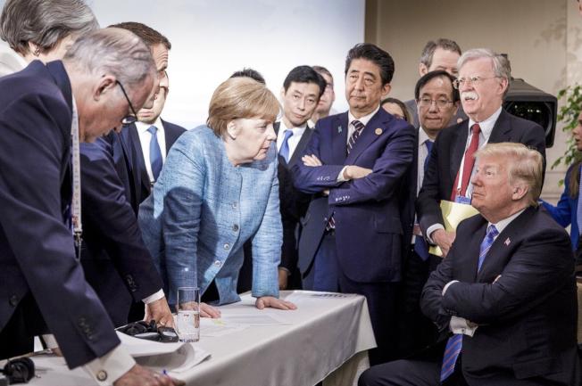 G7峰會2018年6月在加拿大舉行,德國官方發布這張照片,川普總統坐在一側,德國總理梅克爾等多國元首站在其對側,引起熱烈解讀。(美聯社資料照)