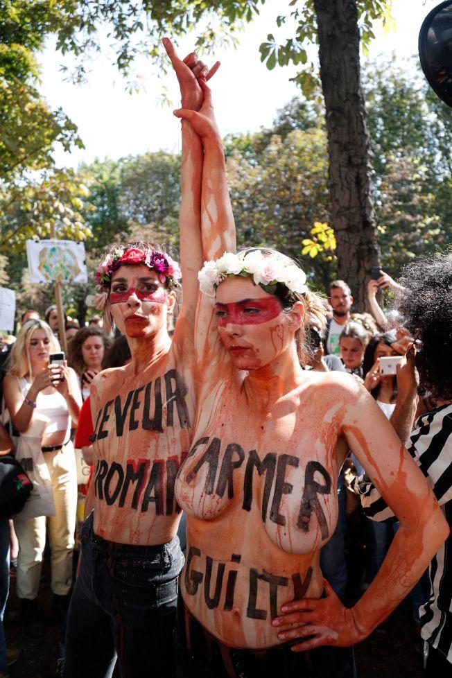 G7峰會在法國舉行,環保人士在巴西駐法國使館前示,要求巴西總統控制亞馬遜雨林火災。(Getty Images)