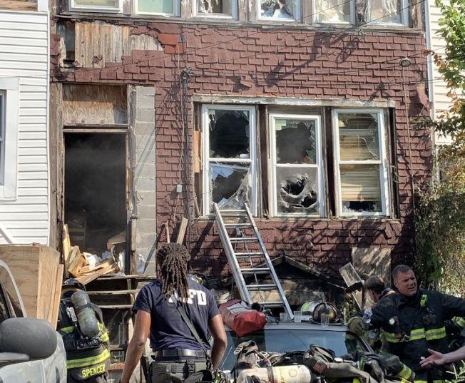 位於Kennedy街700號西北部的民宅突發大火,造成兩死、多人受傷。(消防隊提供)