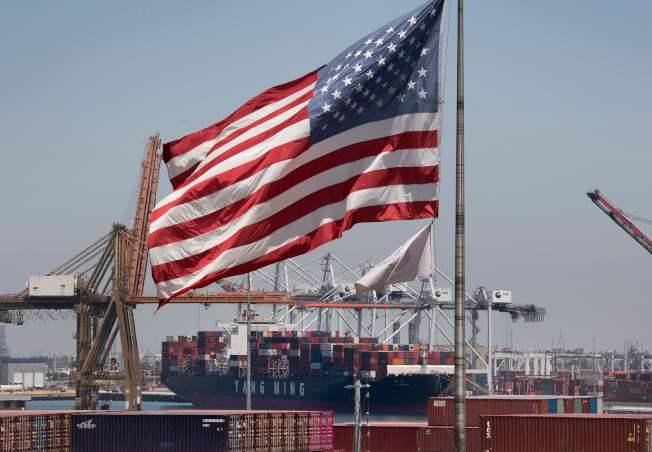 圖為今年8月從中國與亞洲運抵加州長堤港,等待驗關的貨櫃。(Getty Images)