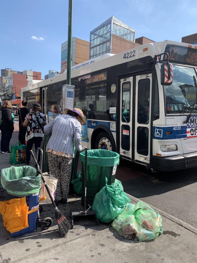 隨意取走或竊走商改區垃圾袋已觸法,最高可罰300元。(記者賴蕙榆/攝影)