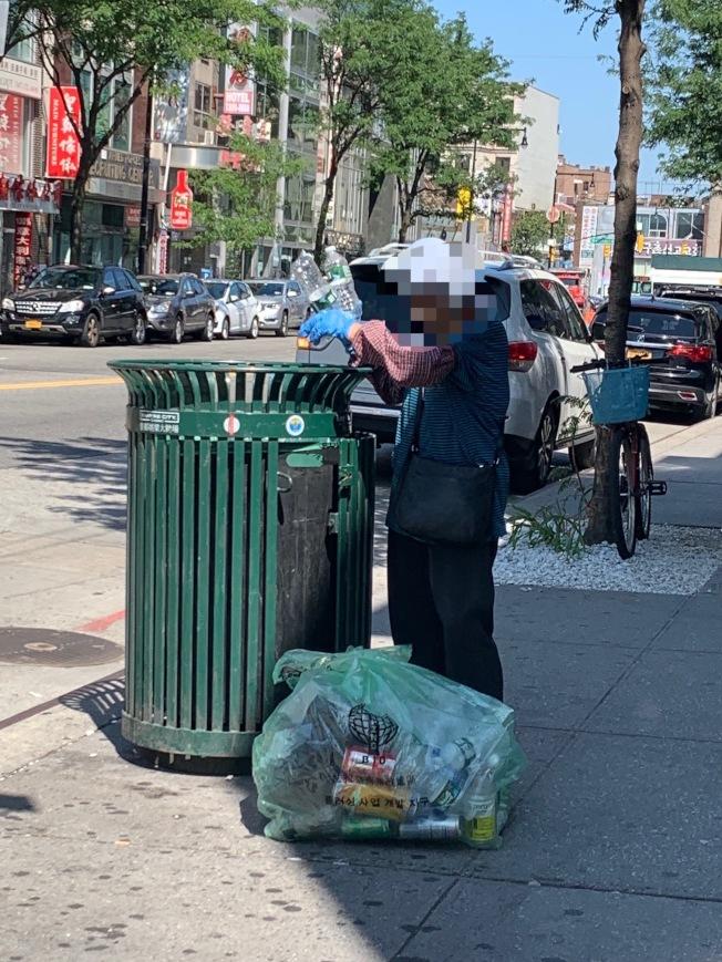 商家表示,曾目擊拾荒耆老帶走商改區專用垃圾袋。(讀者提供)