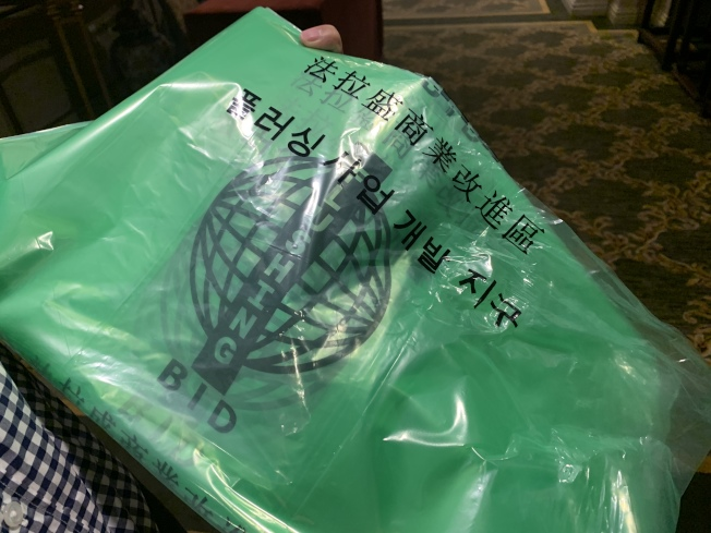 商改區專用清潔袋是印有中、英、韓文和商改區標誌的綠色垃圾袋。(記者賴蕙榆/攝影)