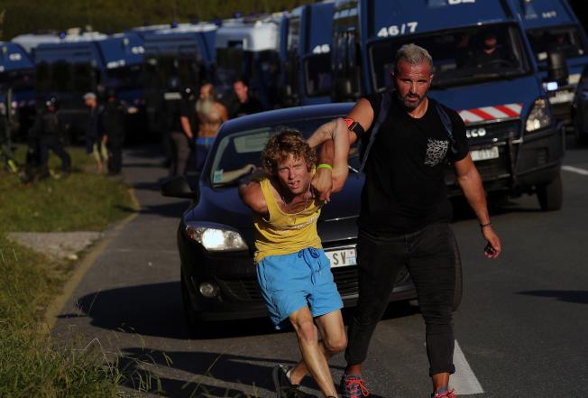 反G7活動分子遭法國警方逮捕。(美聯社)