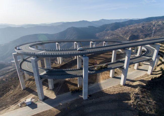 山西天龍山公路已成為網上熱門景點。(取材自觀察者網/東方IC圖)