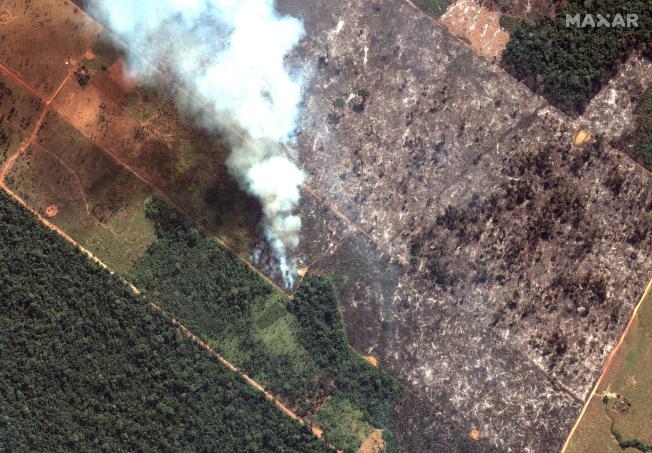 南美洲野火範圍擴大,巴西亞馬遜雨林區災情尤其嚴重。圖為巴西國家太空研究所的空拍照,顯示韋柳港市大片森林已被焚毀。(美聯社)