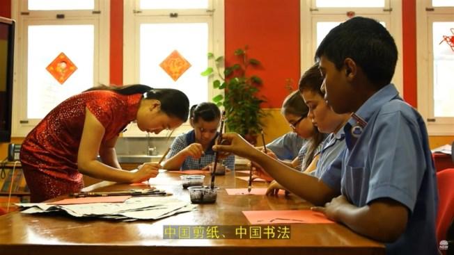 澳洲新南威爾斯省表示,雖無具體事證顯示有中國介入情事,但仍取消中國資助的孔子學院在各校推廣中文教學的計畫。圖為新南威爾斯教育部門2014年上傳關於孔子學院教育的介紹短片畫面。(圖取自新南威爾斯教育廳YouTube網頁youtube.com)