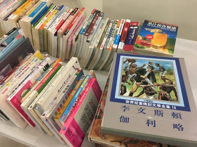 本屆曬書節提供2000本中文書籍、雜誌及DVD,歡迎民眾到場索取認領。(記者謝雨珊/攝影)