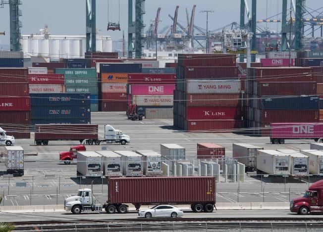 圖為今年八月從中國與亞洲運抵加州長島港,等待驗關的貨櫃。(Getty Images)
