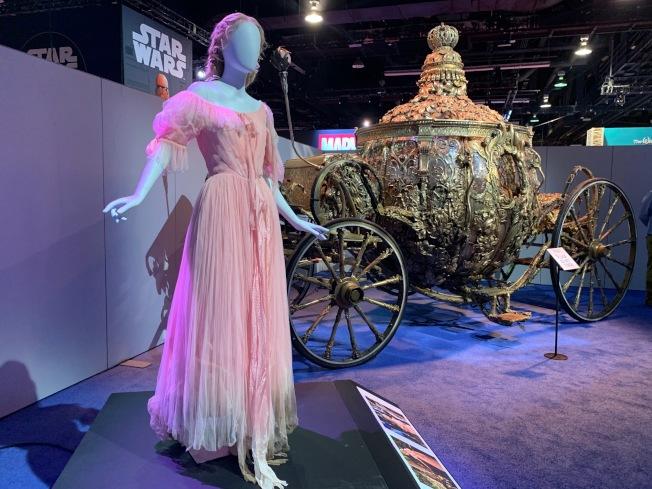 真人電影裡使用過的灰姑娘服飾及馬車亮相D23展會。(記者馬雲/攝影)
