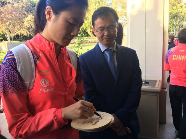 2016年里約奧運會女子單打冠軍丁寧(左)為粉絲簽名。(記者王全秀子/攝影)