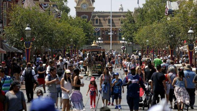 迪士尼樂園遊人如織,遊客可能帶來感染麻疹風險。(KTLA電視台)