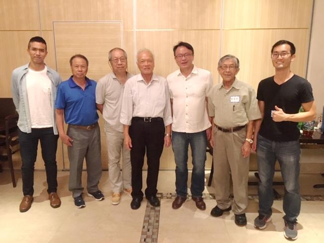 台灣學生會會長與僑胞合影。右三為駐邁經文處處長錢冠州。(孫博先提供)