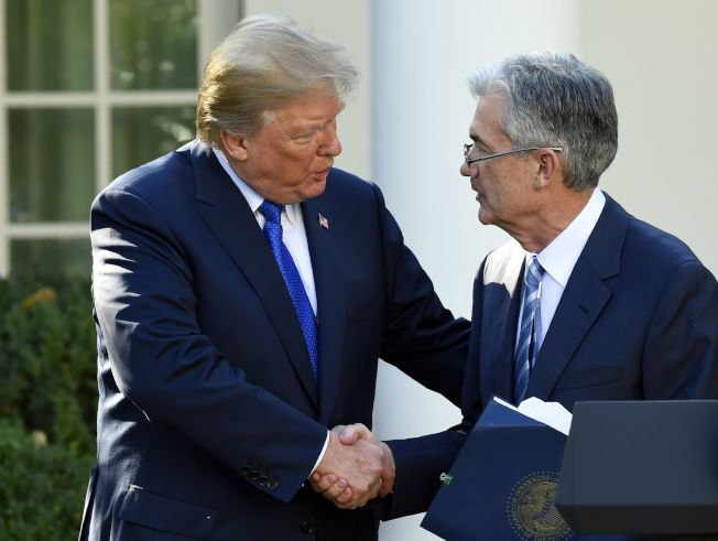 川普總統(左)因不滿聯準會主席鮑爾有關利率的政策,在日前稱他為「不會推桿的高爾夫球」後,23日索性稱他為「敵人」。(Getty Images)