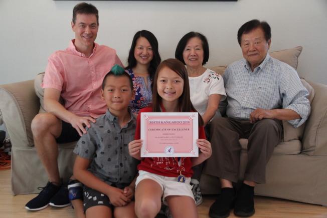 洪讀(右一)的外孫女拿下全美數學袋鼠比賽第一名。(記者李榮/攝影)