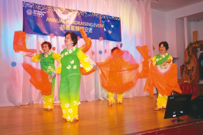 建民中心舞蹈班的長者表演中國民族舞「歡樂年年」。(記者黃少華/攝影)