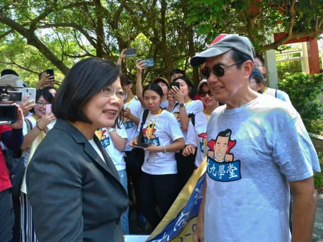 總統蔡英文(前左)、前總統馬英九(前右)23日先後出席金門「八二三砲戰六十一周年」紀念活動,並在太武山相遇,上演「雙英會」。(取材自臉書)