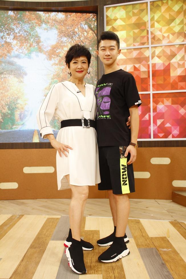 崔佩儀(左)曾被兒子貝克宇嗆「毀了我一生」。(圖:衛視提供)