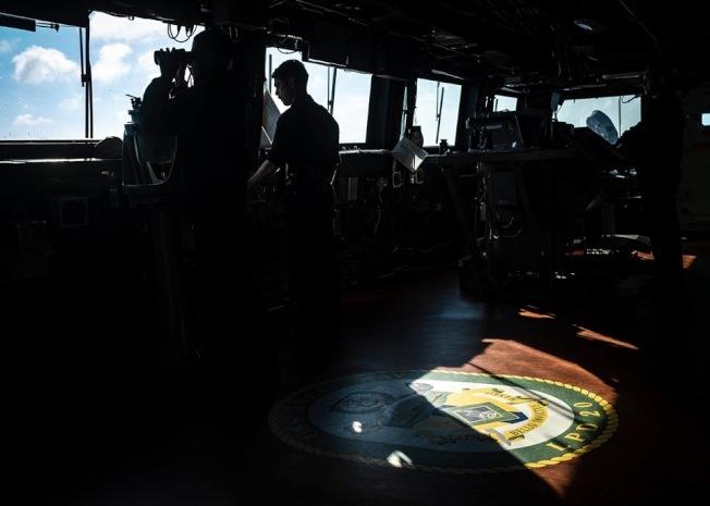 美國印太司令部第七艦隊上午發布臉書貼文,披露「綠灣號」(USS Green Bay LPD 20)指揮官自駕駛艙監控海面情狀。(取材自美軍第七艦隊臉書粉絲專頁)