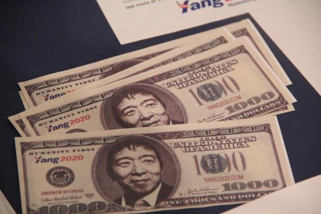 楊安澤競選團隊製作的1000元模擬貨幣,象征著他每人每月發1000元的政綱。(記者李晗 / 攝影)