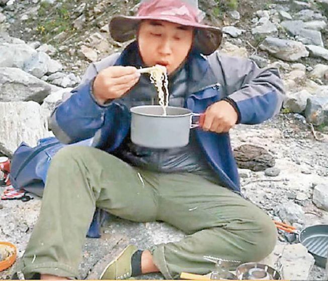 「野食小哥」摘了雪兔子後煮成泡麵,就在高山流石灘上吃了起來。(視頻截圖)