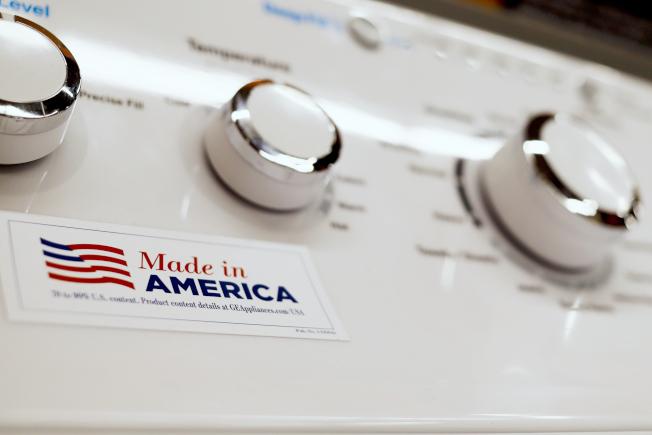 美中貿易戰再度升溫並惡化,互相加徵從對方進口產品關稅。圖為賓州一小鎮商場內陳列的、標有「美國製造」的洗衣機。(美聯社)