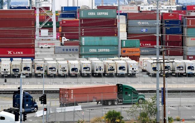 圖為今年6月從中國與亞洲運抵加州洛杉磯港,等待驗關的貨櫃。(Getty Images)